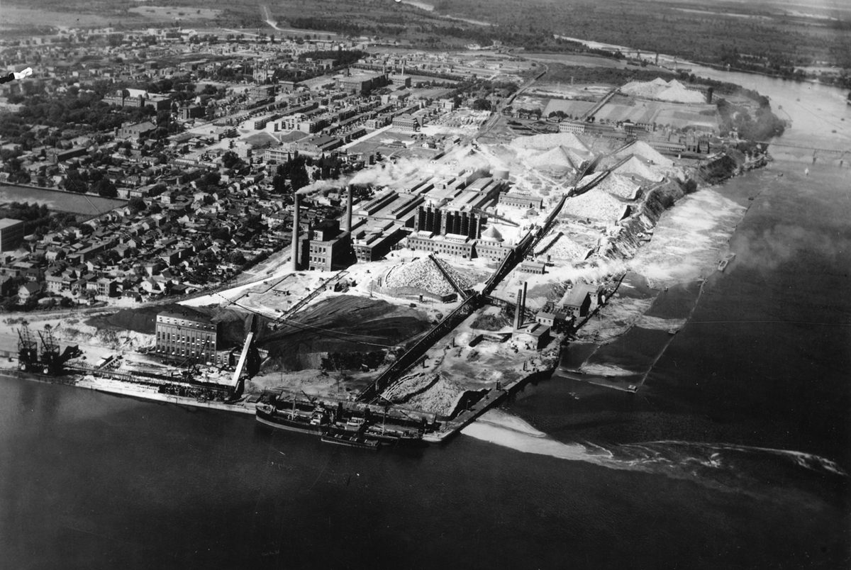 Mill of the Canadian International Paper Company at Three Rivers, Quebec, 1930.